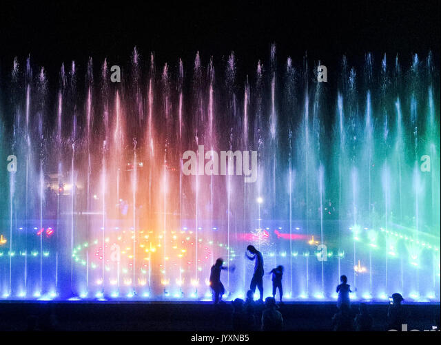 Tangshan, China's Hebei Province. 20th Aug, 2017. People play in front of musical fountain at Hejiayu Village - Stock Image