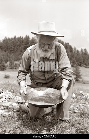 1950s MALE PROSPECTOR PANNING FOR GOLD - Stock-Bilder