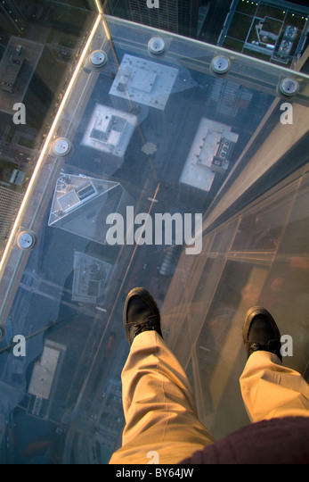A man's feet on the skydeck of the Willis Tower in Chicago, Illinois, USA. - Stock Image