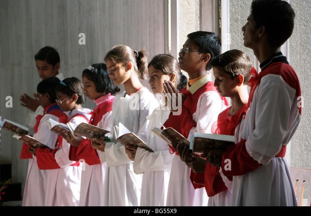 altar boys during a sunday mass service in the roman catholic cathedral Saint Joseph's in Lucknow, Uttar Pradesh, - Stock-Bilder