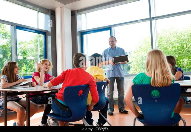 Teacher explaining solar panel in class - Stock Image