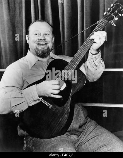 Burl Ives Playing Guitar, circa early 1950s - Stock Image