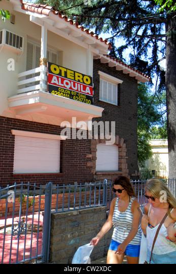 Argentina Mendoza Avenida Emilio Civit sidewalk single-family house for rent housing two-story rental sign Spanish - Stock Image