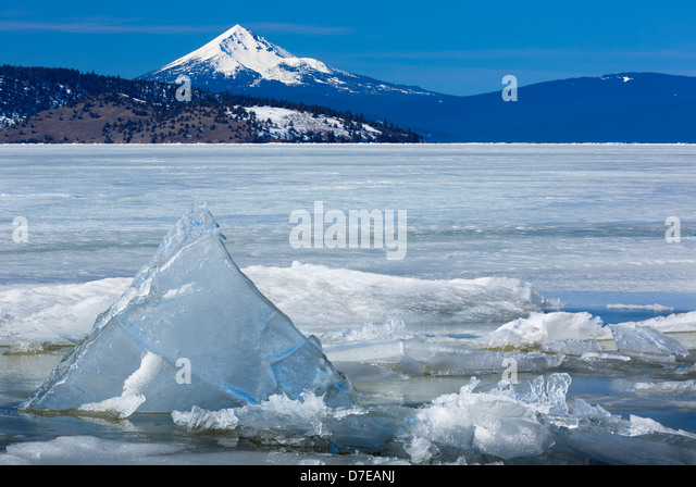 Upper Klamath Lake in southern Oregon with Mount McLoughlin in the distance - Stock-Bilder