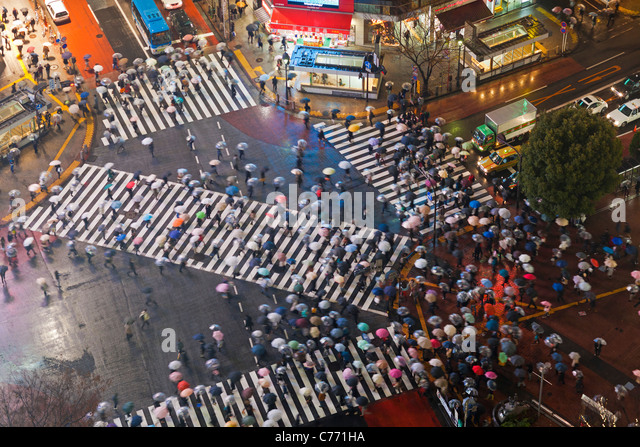 Asia, Japan, Tokyo, Shibuya, Shibuya Crossing - crowds of people crossing the famous crosswalks at the centre of - Stock Image