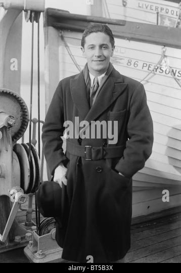 Vintage photo circa 1922 of Welsh composer, singer and actor Ivor Novello (1893 - 1951) on board a ship arriving - Stock-Bilder