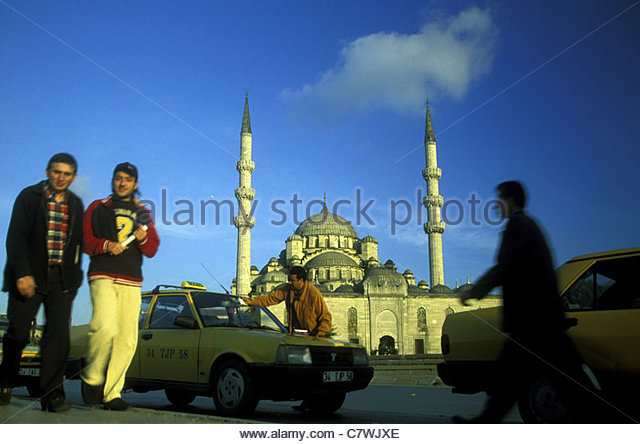 The everyday life before the Yeni Cami mosque in Sultanahmet of the Old Town of Istanbul, Turkey. - Stock-Bilder