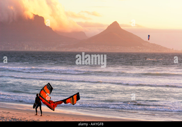 south africa cape town blouberg beach table mountain sunset kitesurfer - Stock Image