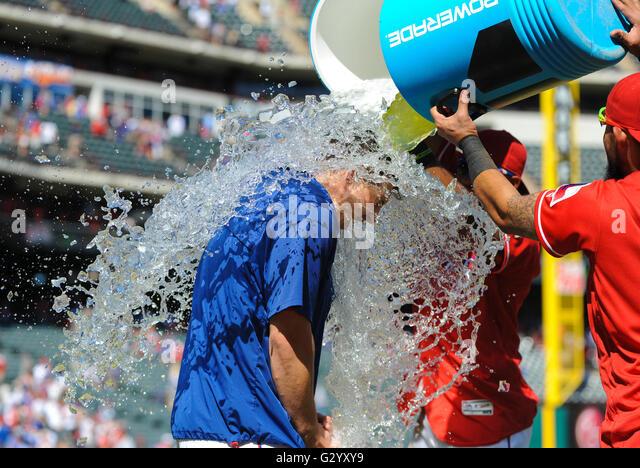 Arlington, Texas, USA. 05th June, 2016. Texas Rangers starting pitcher Derek Holland #45 is showered with water - Stock-Bilder