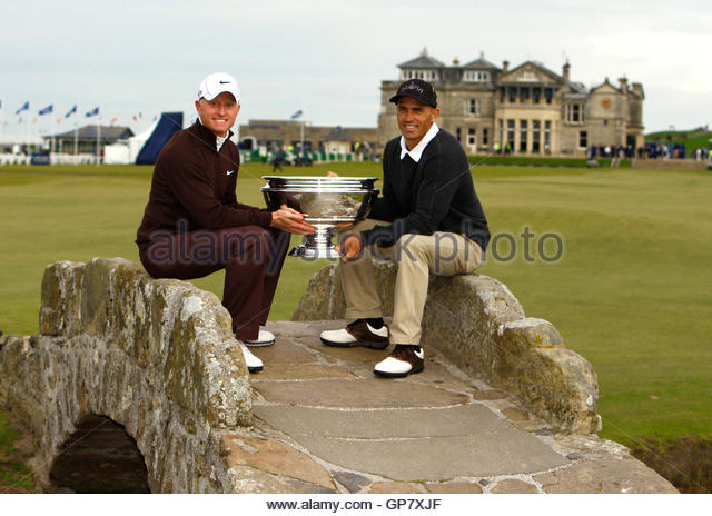 England's Simon Dyson (L), sits next to his playing partner surfer Kelly Slater from the U.S., poses for photographers - Stock Image
