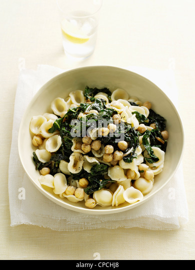 Bowl of pasta with spinach and beans - Stock Image