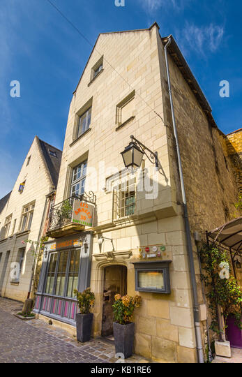 Exterior of 'Les Années 30' restaurant, Chinon, France. - Stock Image