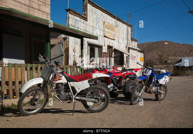 Dirt bikes line the street in front of 'false front' buildings along main street in the Mojave town of Randsburg - Stock Image