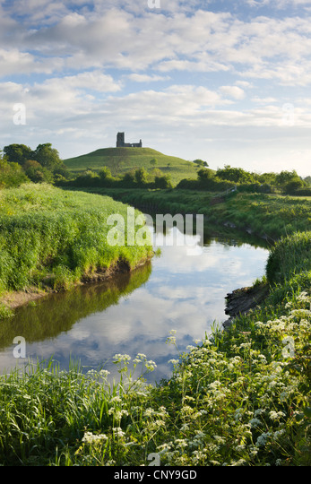 River Tone meandering towards Burrow Mump and the ruined church on its summit, Burrowbridge, Somerset, England. - Stock Image