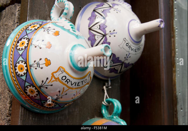 Italy, Orvieto. Traditional Italian pottery for sale in the narrow streets of Orvieto. - Stock-Bilder