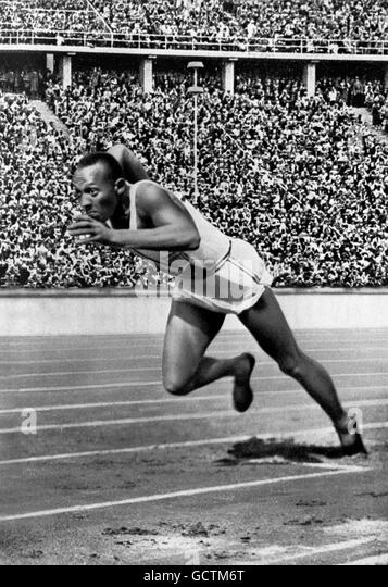 Jesse Owens at the start of his record breaking 200m race at the 1936 Berlin Olympics. - Stock Image
