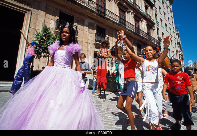 Oficos Street. Street performers in old Havana World Heritage Area, Cuba - Stock Image