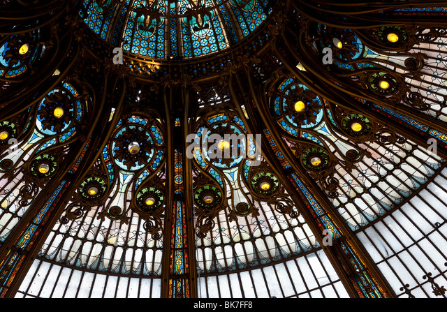 Belle epoch dome of the center court of Galeries Lafayette; Paris, France. - Stock-Bilder