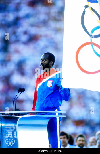 Edwin Moses (USA) takes the oath of the athletes at the opening ceremonies of the 1984 Olympic Summer Games, Los - Stock-Bilder