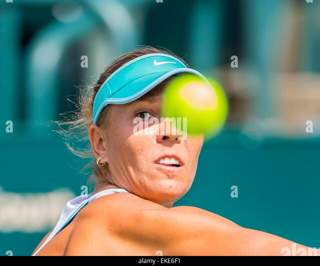 Charleston, SC, USA. 9th Apr, 2015. Charleston, SC - Apr 09, 2015: [Q] Lucie Hradecka (CZE] returns a serve from - Stock-Bilder