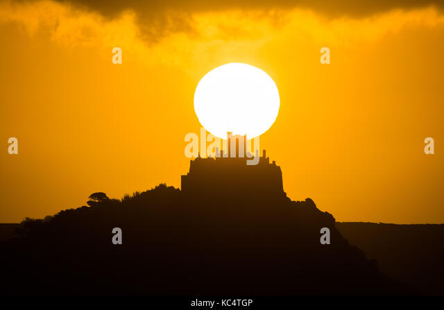 Penzance, Cornwall, UK. 3rd Oct, 2017. UK Weather. A glorious start to the day as the sun rises over St Michaels - Stock Image