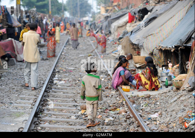 INDIA Westbengal, Kolkata, homeless people in tents at railway line / INDIEN, Westbengalen, Kolkata, obdachlose - Stock-Bilder