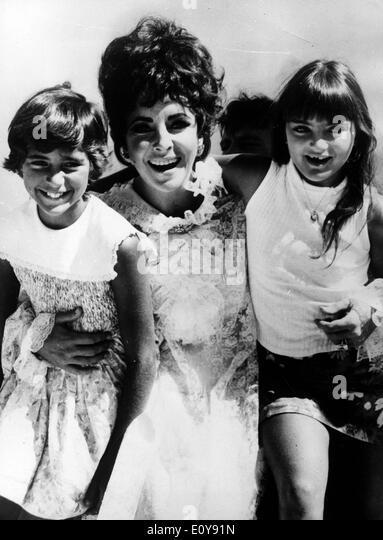 Actress Elizabeth Taylor with her daughters - Stock-Bilder