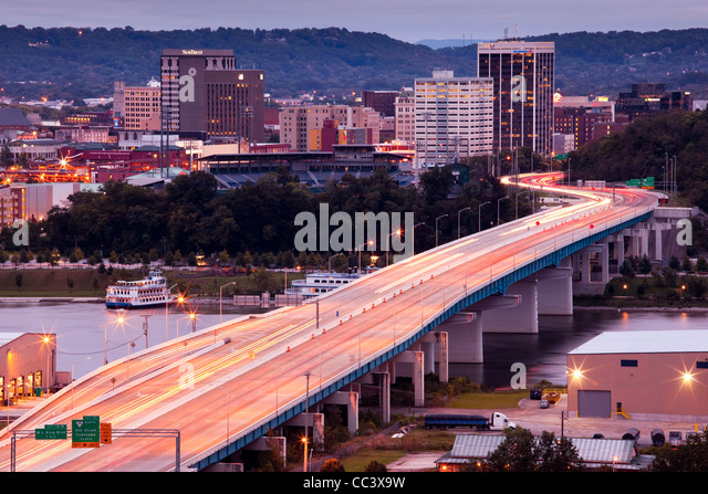 USA, Tennessee, Chattanooga, high angle view of city and Rt. 27, dawn - Stock-Bilder