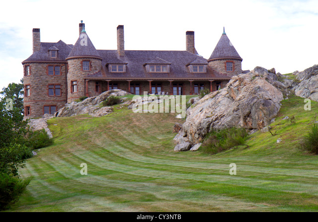 Rhode Island Newport Ocean Drive Ten Mile Drive Ocean Avenue mansion home rocks lawn mowed - Stock Image