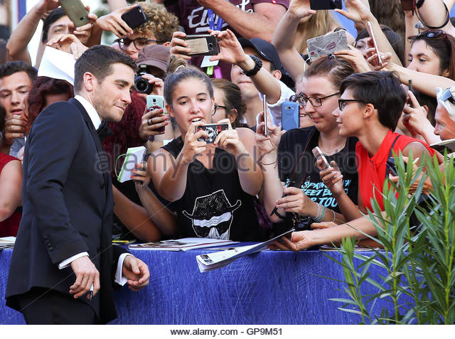 Actor Jake Gyllenhaal (L) interacts with fans as he attends the red carpet event for the movie 'Nocturnal Animals' - Stock-Bilder