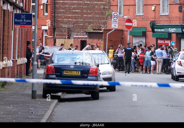 Moss Side, Manchester, UK. 27th May, 2017. Police cordon off 32 Boscombe Street in Manchester's Moss Side as - Stock-Bilder