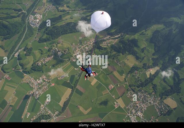 Tandem pair falling towards earth - Stock Image
