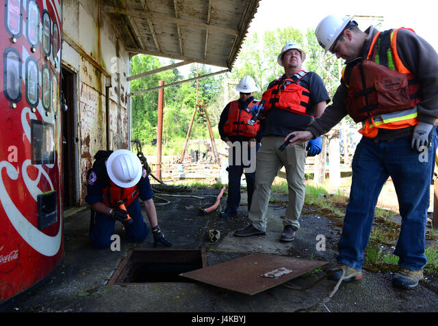 Pollution responders from the Coast Guard and the State of Oregon assess a site, owned by the Oregon Department - Stock Image