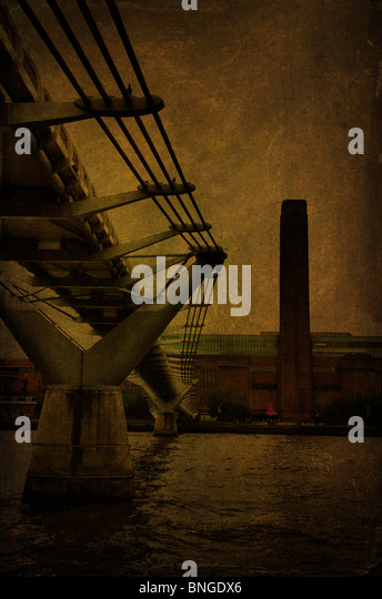 Millenium footbridge crossing river Thames towards The Tate Modern Gallery, London , England - Stock-Bilder