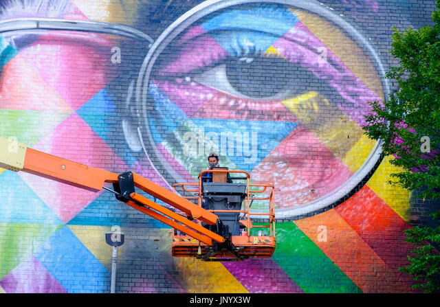 Bristol, UK. 31st July, 2017. Artist Eduardo Kobra is pictured as he applies the final touches to his giant sized - Stock Image