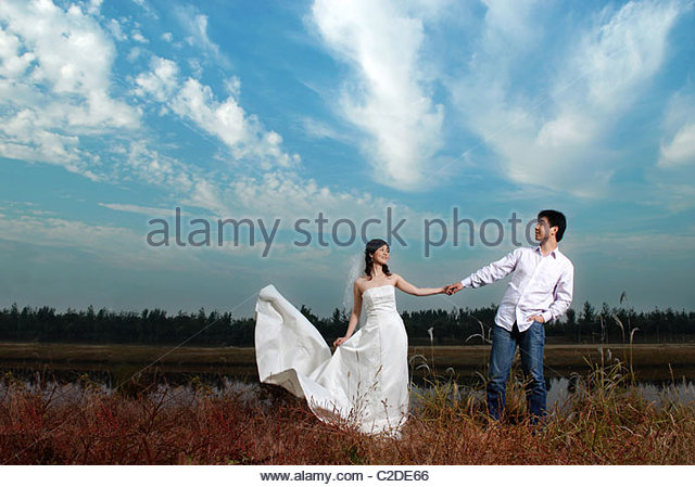 A newlywed couple in the outdoors - Stock-Bilder