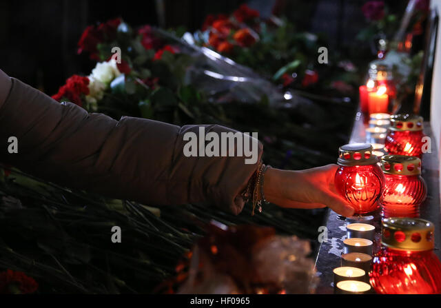 Moscow, Russia. 25th December, 2016. People lays candles near Alexandrov Hall, a rehearsal room of the Alexandrov - Stock-Bilder