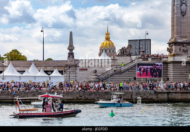 Paris, France. 24th Jun, 2017. People watching diving event demonstration during the Paris Olympic Games 2024 showcase. - Stock Image