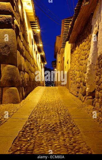 Inca stone walls and cobbled street, Cusco, Peru - Stock Image