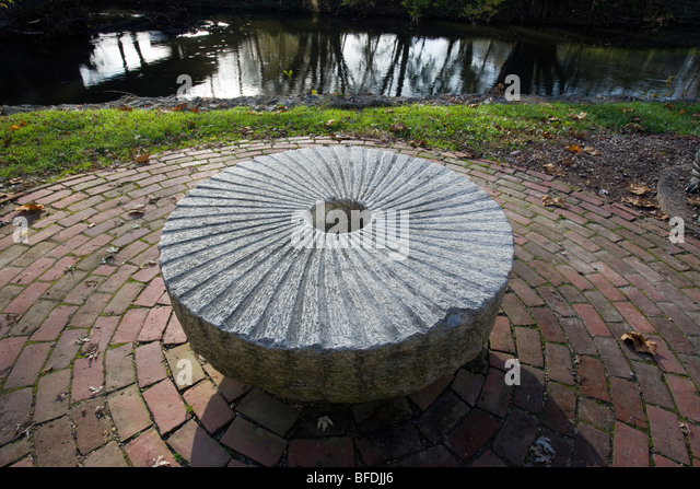 An old stone grist mill wheel outside the Brandywine River Museum, Chadds Ford, Pennsylvania, USA - Stock Image