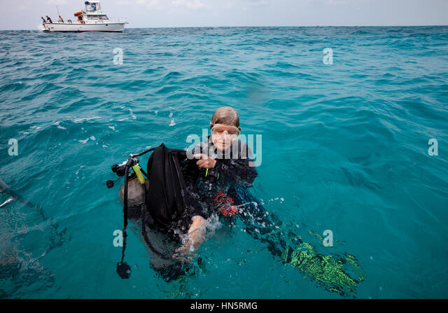 In-water gear removal by scuba diver - Stock-Bilder