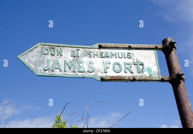 English and Gaelic language sign pointing to historic James Fort which guarded the harbour entrance at Kinsale, - Stock Image