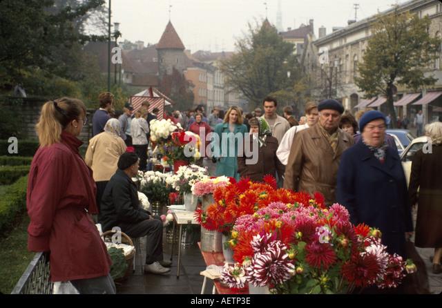 Estonia Tallin Viru Street flower vendor residents - Stock Image