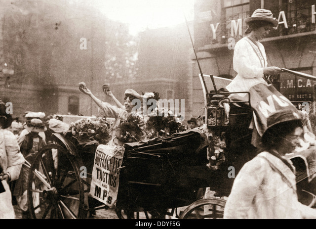Two suffragettes celebrating their release from Holloway Prison, London, on 22 August 1908. Artist: Unknown - Stock Image