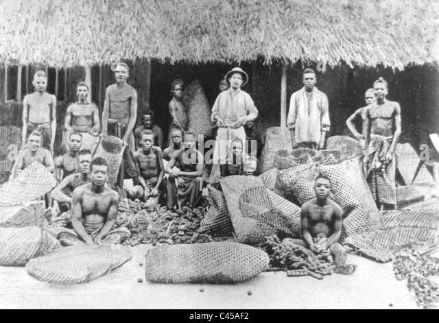 White overseer with black workers in Belgian Congo, 1899 - Stock-Bilder