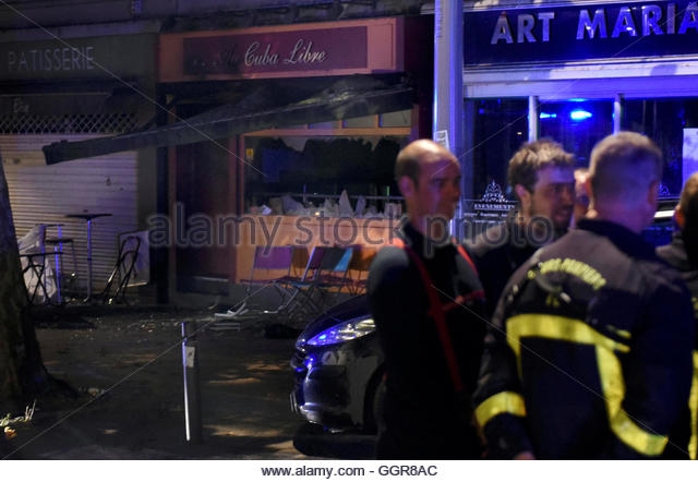 French firemen gather after a fire swept through a bar overnight, killing 13 people and injuring six, after a birthday - Stock-Bilder