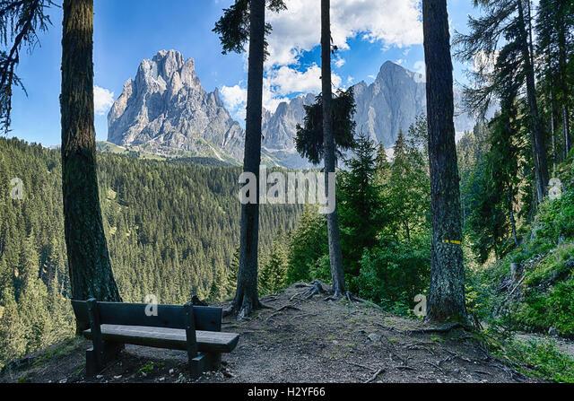 Bench and beautiful mountains panorama of Sassolungo Group, Dolomiti - Trentino-Alto Adige, Italy - Stock Image