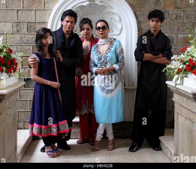Bollywood actor Shah Rukh Khan Suhana Shehnaz Gauri Aryan occasion of Eid al-Fitr at his residence in Mumbai - Stock-Bilder