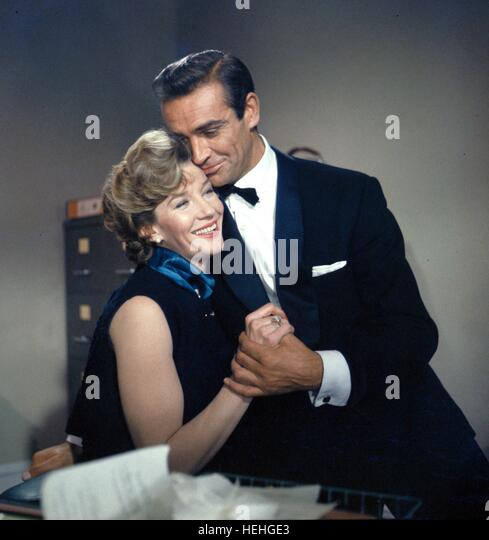 LOIS MAXWELL & SEAN CONNERY JAMES BOND: DR. NO (1962) - Stock Image