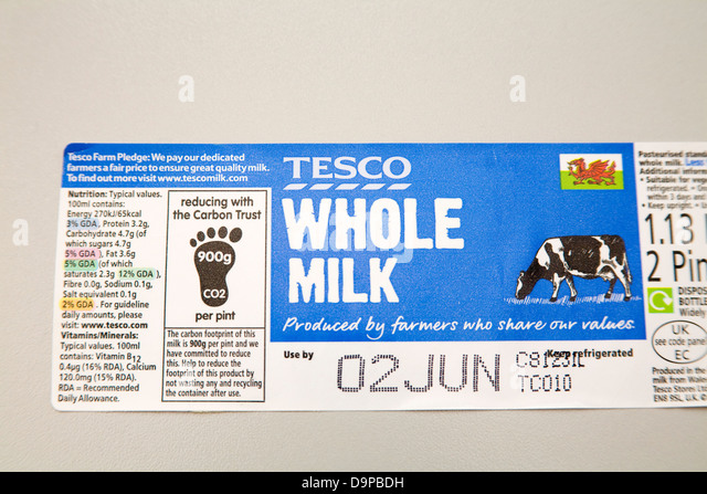 Label from Tesco whole milk trying to reduce carbon footprint - Stock Image